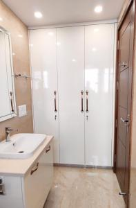 Gallery Cover Image of 2367 Sq.ft 3 BHK Independent Floor for buy in Sector 55 for 14500000