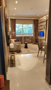 Gallery Cover Image of 500 Sq.ft 1 BHK Apartment for buy in Piramal Revanta, Mulund West for 10700000
