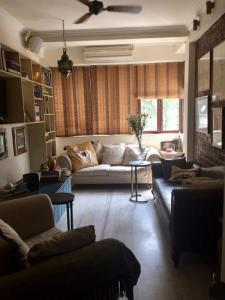 Gallery Cover Image of 600 Sq.ft 2 BHK Apartment for rent in Usha Sadan Apartment, Cuffe Parade for 55000