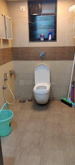 बांद्रा वेस्ट में लक्ज़रियस लिविंग अपार्टमेंट के बाथरूम की तस्वीर