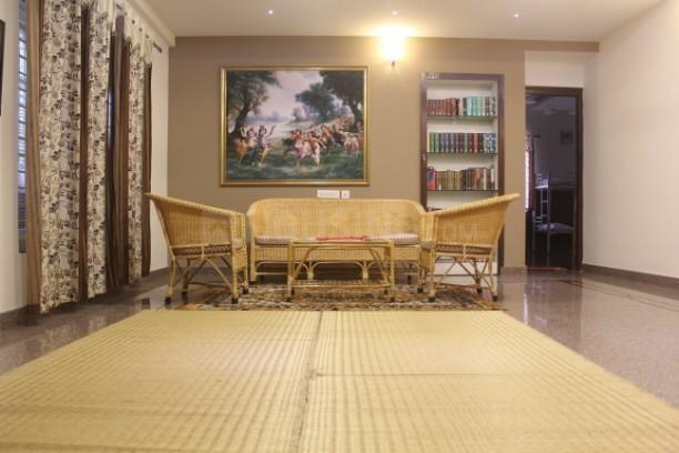 येशवंथपुर में फोल्क रेसिडेंसी पीजी में लिविंग रूम की तस्वीर