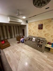 Gallery Cover Image of 580 Sq.ft 1 BHK Apartment for buy in Ashoka Apartment, Colaba for 26000000