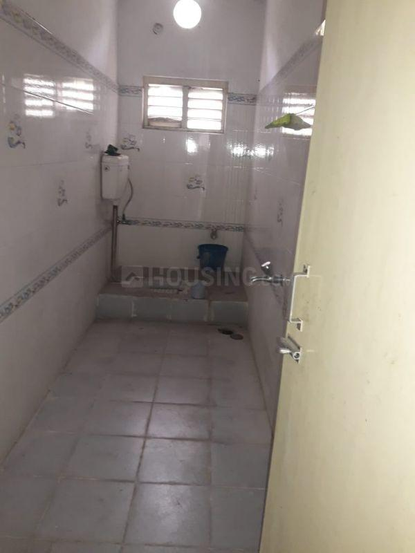 Common Bathroom Image of 850 Sq.ft 2 BHK Apartment for rent in Moti Nagar for 10000