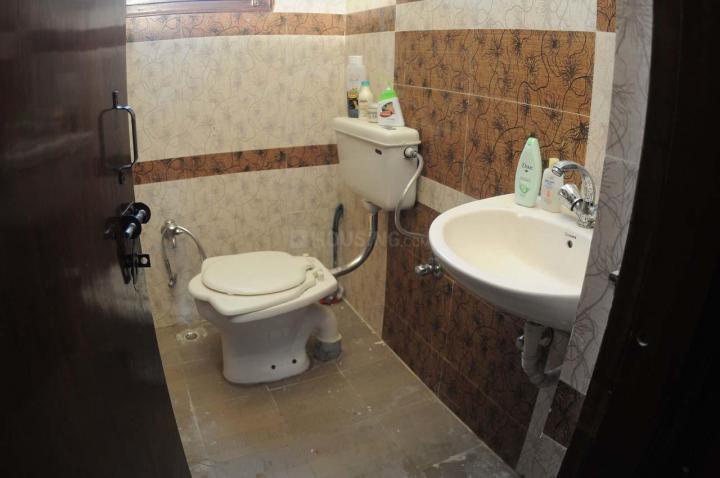 करोल बाग में विद्या मनिसन के कॉमन बाथरूम की तस्वीर
