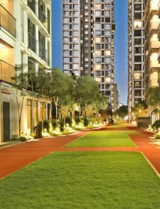 Gallery Cover Image of 2100 Sq.ft 4 BHK Apartment for buy in Rustomjee Seasons, Bandra East for 112500000