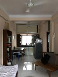 Gallery Cover Image of 700 Sq.ft 1 BHK Apartment for rent in Khar West for 40000