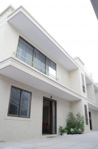 Gallery Cover Image of 4000 Sq.ft 4 BHK Villa for buy in Santacruz West for 150000000