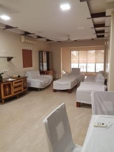 Gallery Cover Image of 2200 Sq.ft 3 BHK Apartment for rent in Midcity Aashna Apartments, Bandra West for 150000