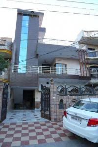 Gallery Cover Image of 2700 Sq.ft 3 BHK Independent Floor for rent in Sector 11 for 22000