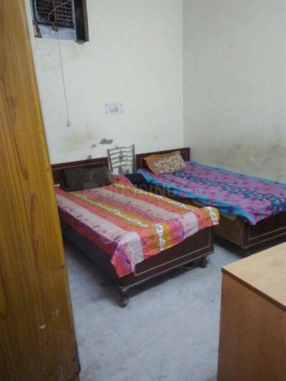 पटेल नगर में कृष्ण बॉइज़ पीजी के बेडरूम की तस्वीर