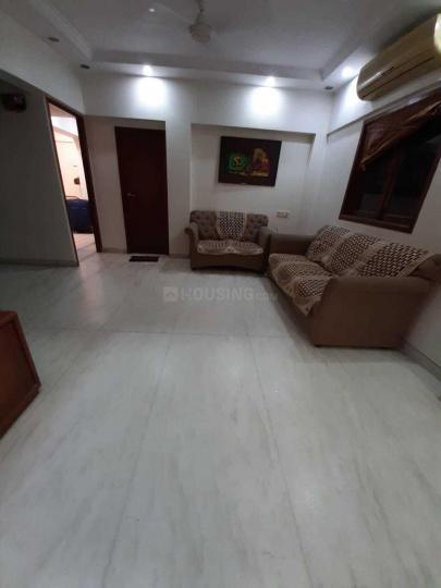 घाटकोपर वेस्ट में सिंह रियल्टी के लिविंग रूम की तस्वीर