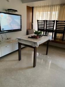 Gallery Cover Image of 1050 Sq.ft 2 BHK Apartment for rent in Ashmita, Khar West for 110000