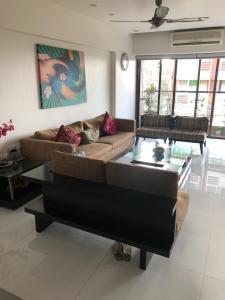 Gallery Cover Image of 1300 Sq.ft 3 BHK Apartment for buy in Khar West for 65000000