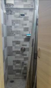 कुंबल्ला हिल में गिरिराज के कॉमन बाथरूम की तस्वीर