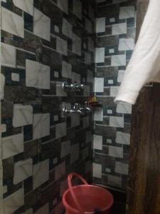 गोविंदपुरी में अग्रवाल पीजी के बाथरूम की तस्वीर