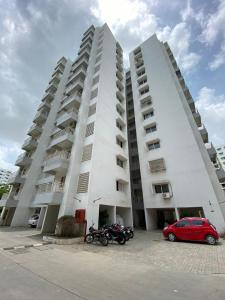 Gallery Cover Image of 1350 Sq.ft 2 BHK Apartment for rent in Godrej Garden City, Chandkheda for 12500