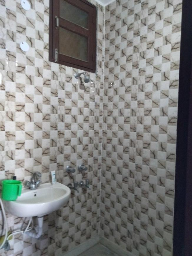 Common Bathroom Image of 900 Sq.ft 2 BHK Independent Floor for rent in Chhattarpur for 12000