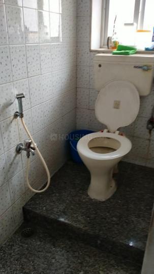 बांद्रा वेस्ट में नियर मोती महल रैस्टौरेंट के बाथरूम की तस्वीर