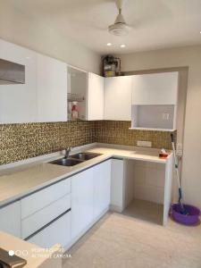 Gallery Cover Image of 1500 Sq.ft 3 BHK Apartment for rent in Bandra West for 180000