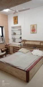Gallery Cover Image of 900 Sq.ft 3 BHK Apartment for rent in Santacruz West for 79000