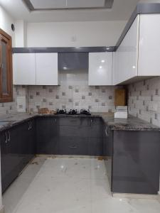 Gallery Cover Image of 1200 Sq.ft 3 BHK Independent Floor for buy in SSG Yash Apartment 3, Sector 8 for 6500000