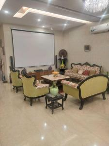 Gallery Cover Image of 2700 Sq.ft 4 BHK Independent Floor for buy in Unitech South City 1, Sector 41 for 22500000