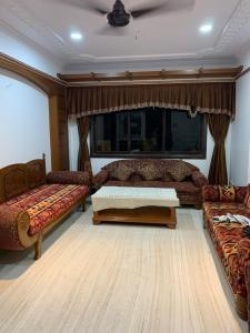 Gallery Cover Image of 798 Sq.ft 2 BHK Apartment for buy in Andheri West for 22000000