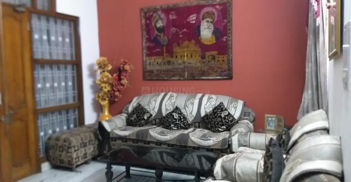 पश्चिम विहार में राजविंदर कौर पीजी के लिविंग रूम की तस्वीर