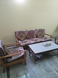 Gallery Cover Image of 1000 Sq.ft 2 BHK Apartment for rent in Sector 52 for 24000