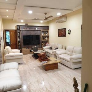 Gallery Cover Image of 6000 Sq.ft 5 BHK Villa for buy in Madhapur for 90000000