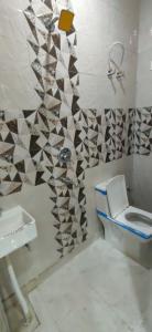 Bathroom Image of 900 Sq.ft 3 BHK Independent Floor for buy in BMS Residency, Uttam Nagar for 5600000