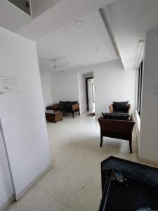 Gallery Cover Image of 650 Sq.ft 1 BHK Apartment for rent in Bhagtani Pearl, Santacruz West for 56000