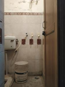 Bathroom Image of K.s PG in Laxmi Nagar