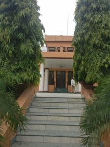 Gallery Cover Image of 2700 Sq.ft 7 BHK Independent House for buy in Safdarjung Enclave for 130000000