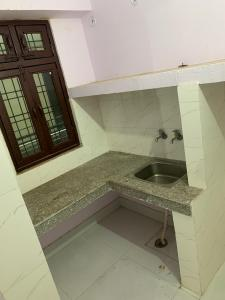 Gallery Cover Image of 185 Sq.ft 1 RK Apartment for rent in DLF Colony Old by DLF, DLF Phase 4 for 7300