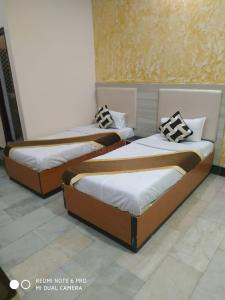 Gallery Cover Image of 6500 Sq.ft 10 BHK Independent House for rent in Chaukaghat for 400000