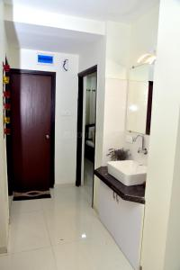 Gallery Cover Image of 925 Sq.ft 2 BHK Apartment for buy in Shambhu Nagar for 3300000