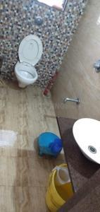 बोरीवली ईस्ट में आस्था हॉस्पिटैलिटी सर्विस के बाथरूम की तस्वीर