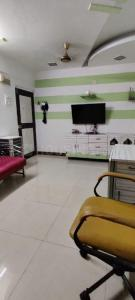 Gallery Cover Image of 800 Sq.ft 2 BHK Apartment for rent in Tara Tower, Mulund West for 30000