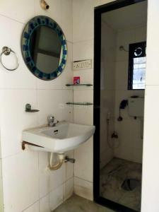 Gallery Cover Image of 700 Sq.ft 1 BHK Apartment for buy in Manoj Building, Santacruz East for 15000000