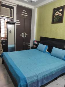 Gallery Cover Image of 3500 Sq.ft 4 BHK Independent Floor for rent in Shakti Khand for 15000