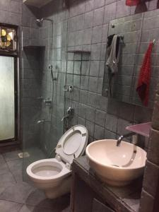 Bathroom Image of Only Girls Sharing Accommodation in Khar West