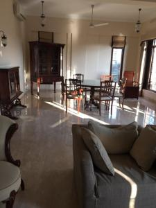 Gallery Cover Image of 1500 Sq.ft 3 BHK Apartment for rent in Juhu for 135000