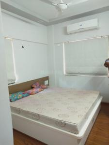 Gallery Cover Image of 1125 Sq.ft 2 BHK Apartment for rent in Near Nirma University On SG Highway for 18500