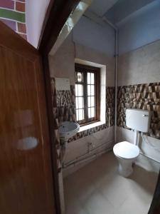 बल्ल्यगूंगे में अधिकारी के कॉमन बाथरूम की तस्वीर
