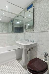Gallery Cover Image of 750 Sq.ft 1 BHK Apartment for buy in Malad West for 10200000