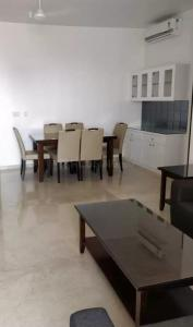 Gallery Cover Image of 2100 Sq.ft 5 BHK Apartment for rent in Cumballa Hill for 350000