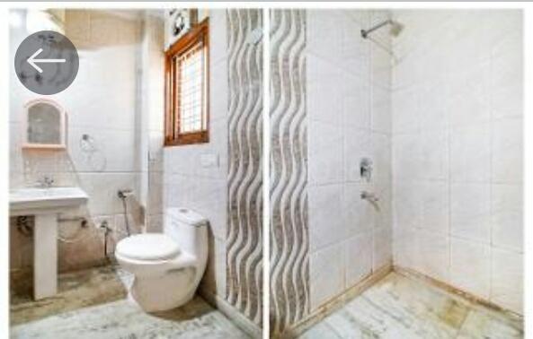 सेक्टर 38 में श्री लक्ष्मी अकॉमोडेशन के बाथरूम की तस्वीर