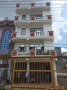 Gallery Cover Image of 1150 Sq.ft 3 BHK Apartment for rent in Govindpuram for 8000