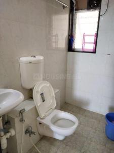 बोरीवली ईस्ट में आकाश होम्स में बाथरूम की तस्वीर